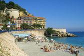 Letní pláž ve městě Nice, Francie