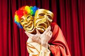 Schauspieler mit maks in eine witzige theater-konzept