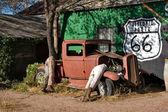 Automobile depoca e manichini in villaggio turistico
