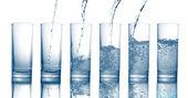 Vylévání čerstvé studené vody do sklenice, samostatný