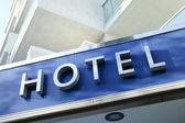Světle modrá fasáda moderní nový hotel