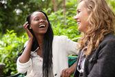 Veselé ženy těší chat v parku