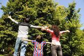 A természetben nyitott karokkal, felnézett, és a légzés fres fiatal boldog család