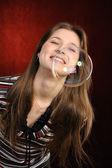 Giovane ragazza cattura bolle di sapone