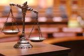 Dekorativní váhy spravedlnosti v soudní síni