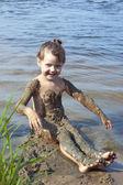 Holčička v blátě na řece