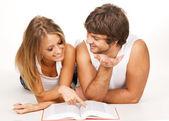 Fiatal pár egy könyvet olvas