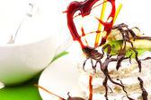 Dort se šlehačkou šlehačkou a karamelovou srdcem ležící na zelenou látkou