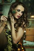 Bruneta krása v zlaté šaty