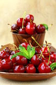 čerstvé organické zralé black cherry s lístkem máty
