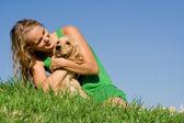 Mladá žena nebo dospívající dívka s domácí kokršpaněl pes