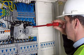 Elektrikář během měření