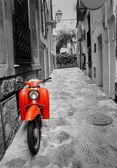 Street Středomoří s staré retro červená koloběžka na Mallorce