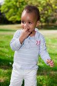 Ritratto di un bambino africano-americano, giocando nel parco