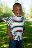 Ragazzo carino piccolo bambino afro-americano giocando al parco