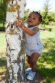 Ragazzo carino bambino afro-americano al parco