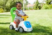 Adorable Afroamerikaner Baby-Jungen spielen