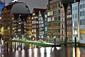 Starých měšťanských domů na kanál v Hamburku v noci