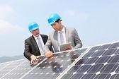 Inženýři kontroly nastavení solárních panelů