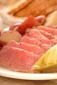 Konzervované hovězí maso a zelí večeře