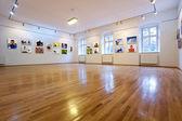Kunstgalerie mit verschiedenen Bildern