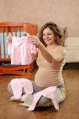 Schwangere Frau mit Babykleid