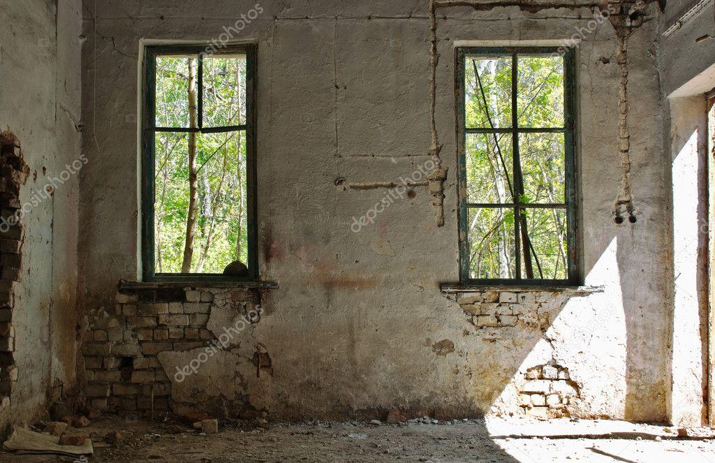 Oude verlaten huis binnen u stockfoto observer
