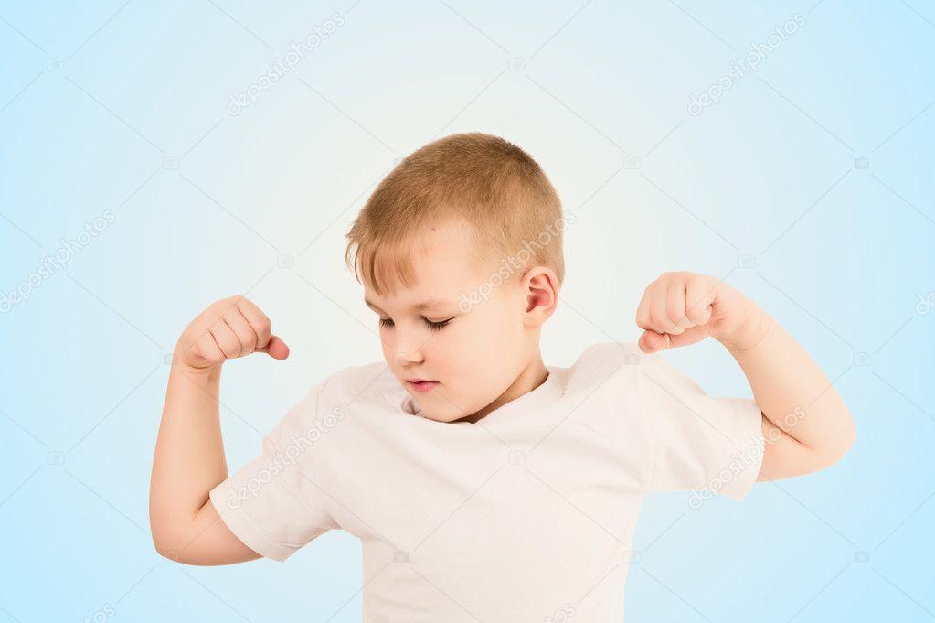 niño mostrando los músculos del brazo — Fotos de Stock © ProfStocker ...