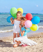Photo Children playing with balloons at the beach