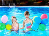 Photo Children playing with balloons in swimming pool.
