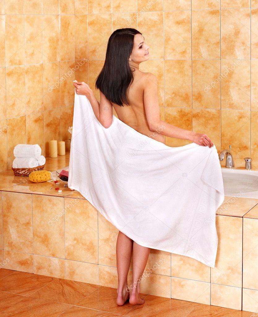 Русское девушка в полотенце ловит мяч выходя из душа видео мужчин