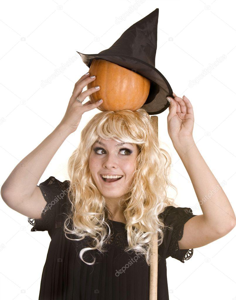 Bionda strega halloween cappello nero e abito con zucca su broom.isolated —  Foto di poznyakov 910624cd4f82