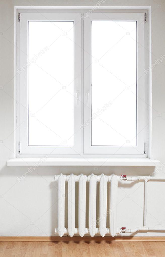 blanco plástico doble puerta ventana con radiador debajo de él ...