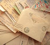 Fotografie hromadu starých dopisů