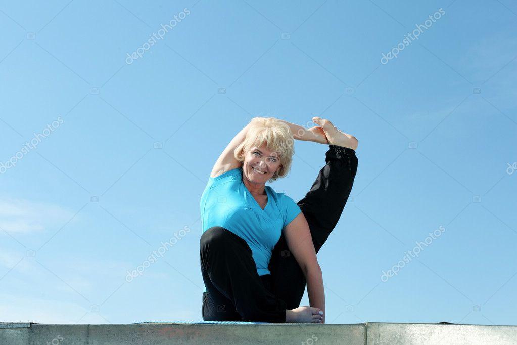 Portr t einer leitenden frau tun yoga stockfoto for 2533 raumgestaltung und entwerfen