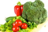 čerstvé a šťavnaté zeleniny na dřevěné desce izolované
