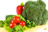 friss, lédús zöldséget elszigetelt fa lemez