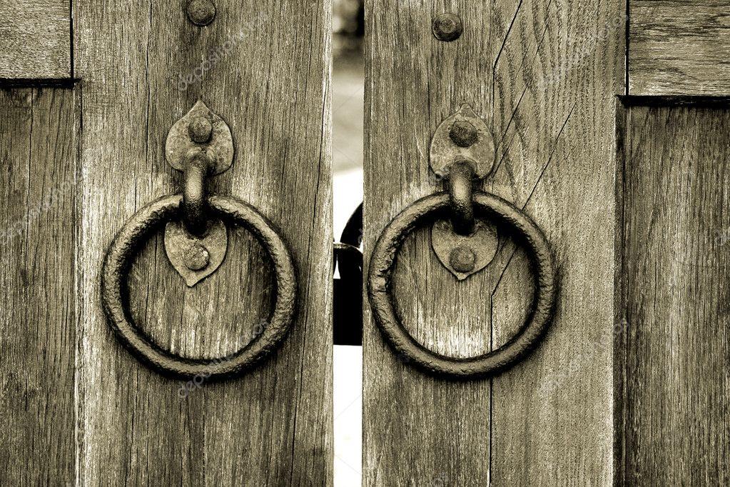 ancienne porte en bois avec anneaux de heurtoir de porte. Black Bedroom Furniture Sets. Home Design Ideas