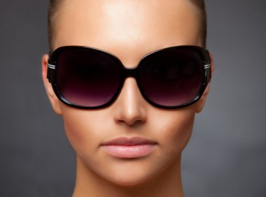 Close up stylish image of girl wearing sunglasses