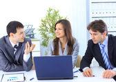 vůdce s jeho úspěšného týmu diskutuje v konferenční místnosti
