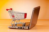 Internet online nakupování koncept s počítačem a košík