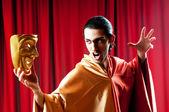 herec s maks v pojetí vtipné divadlo