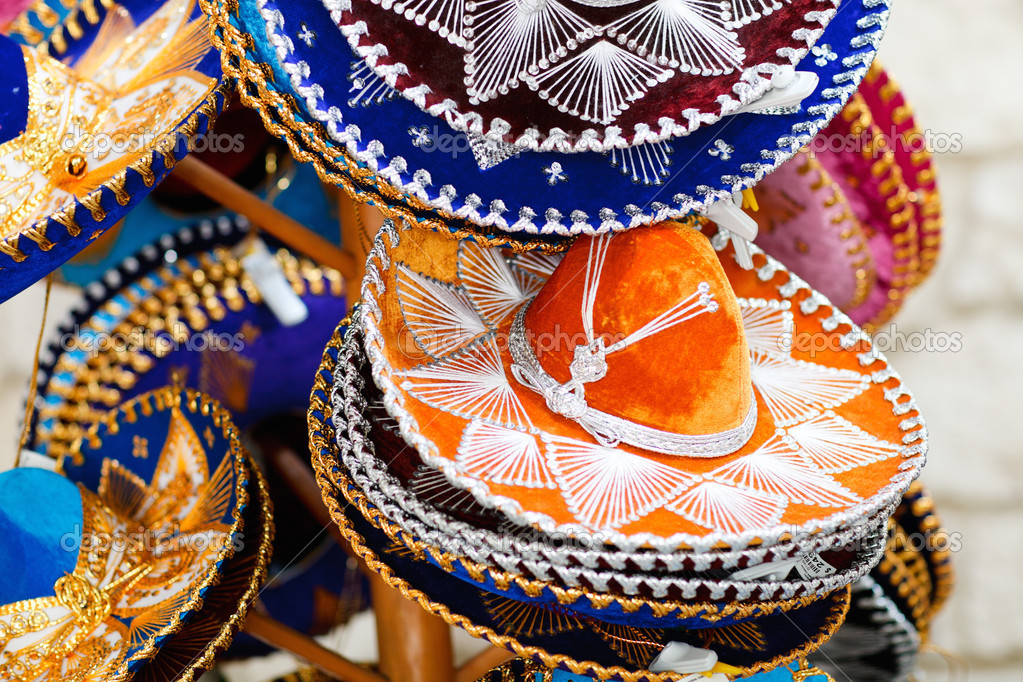 Cappelli tradizionali sombrero messicano colorato per la vendita — Foto di  ... 24f2c3530527