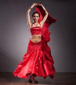 Fotografie indische Tänzerin im roten Kleid
