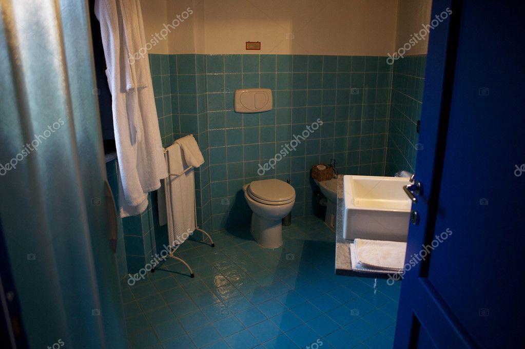 Piastrelle Blu Per Bagno : Moderno bagno con piastrelle blu u2014 foto stock © innervision #6525110