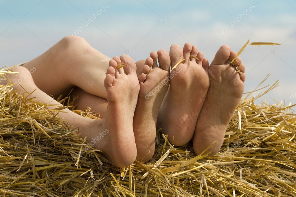 https://static6.depositphotos.com/1001123/647/i/950/depositphotos_6475957-stock-photo-female-feet-fingers-relaxed.jpg