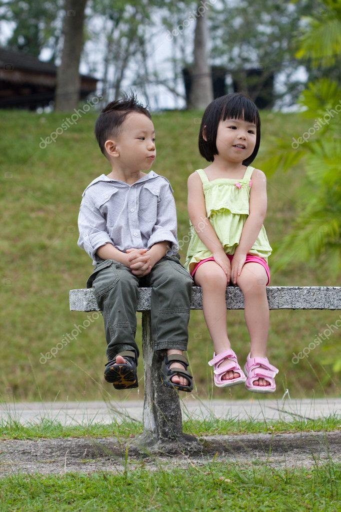 小男孩亲小女孩_男孩和女孩约会 — 图库照片©shirotie#6038590