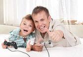 Fényképek a videó játékot játszik a boldog család