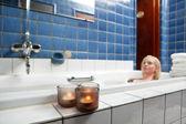 krásná mladá žena relaxaci ve vaně
