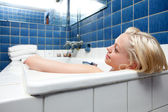 Photo Beautiful Blonde Woman in Bath